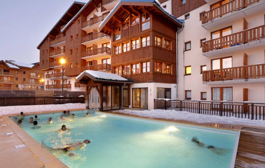 Slide la piscine de la résidence