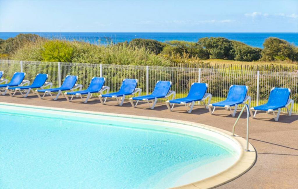 Slide piscine avec vue mer