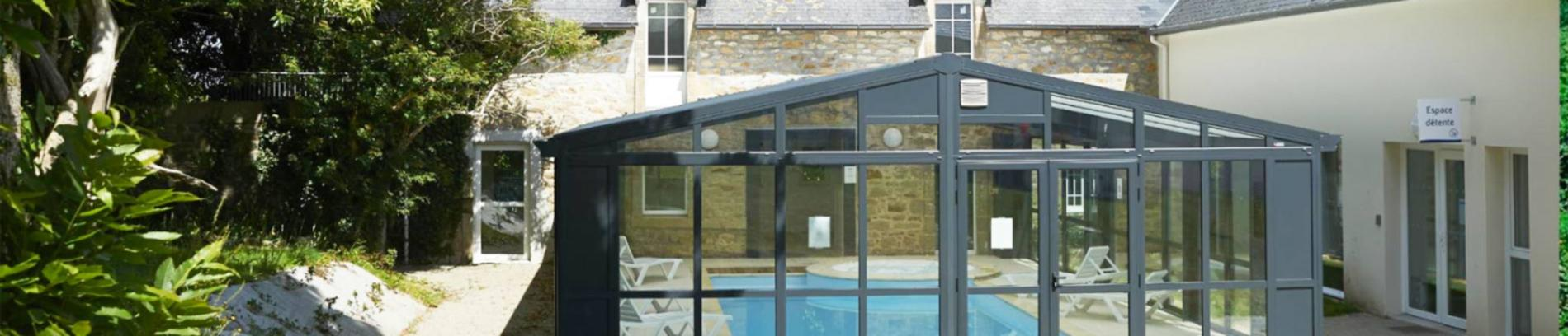 Slide piscine couverte de la résidence