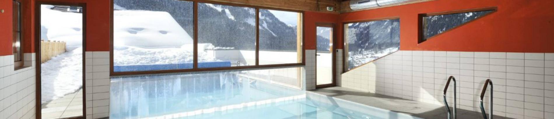 Slide la piscine intérieure de la résidence