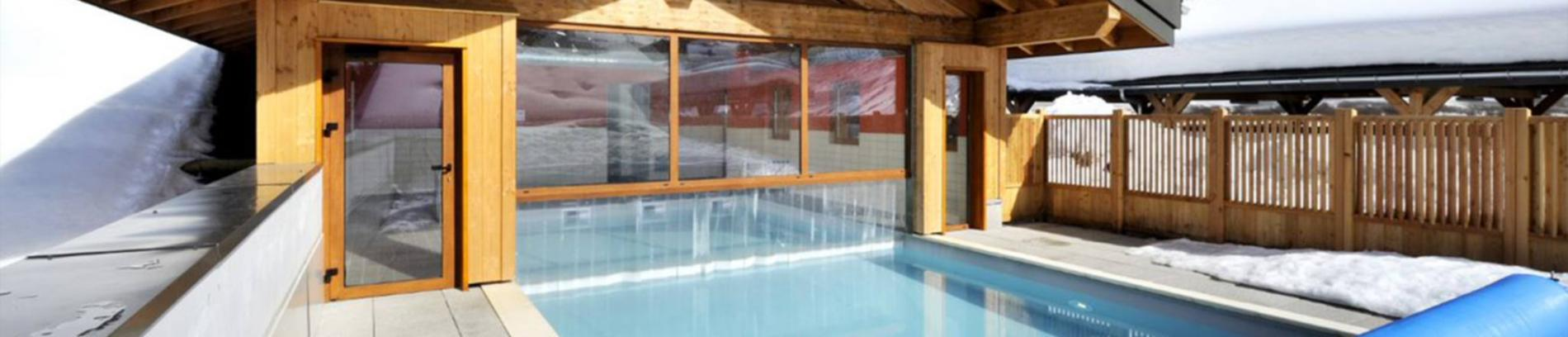 Slide la piscine extérieure de la résidence